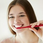 El sangrado durante el cepillo, primer signo de la gingivitis